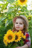 Menina com um chapéu de Verão entre os girassóis — Fotografia Stock
