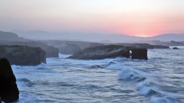 Declinar en playa de las catedrales, España — Vídeo de stock