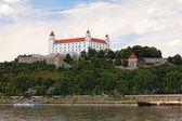 Castelo medieval na colina contra o céu, bratislava, Eslováquia — Fotografia Stock
