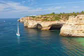 Sailing yacht near Praia de Benagil, Algarva, the Atlantic coast of Portugal — Stock Photo