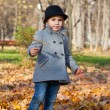 Little girl in autumn park — Stockfoto