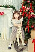 Dziewczyna na fotelu bujanym konia — Zdjęcie stockowe