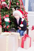 çocuk ve noel hediyeleri — Stok fotoğraf