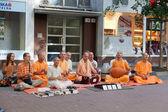 Membros do hare krishna sentar e cantam em uma das ruas centrais de bratislava, eslováquia, 22 de julho de 2013 — Foto Stock