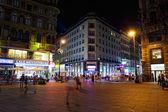 Tourists walk at night in center of Vienna, Austria, July 27,2013 — Stock Photo