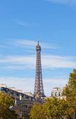 Eiffelturm gegen den blauen himmel und wolken. paris. frankreich. — Stockfoto