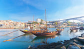 Porto viejo y embarcaciones tradicionales con barriles de vino, portugal — Foto de Stock