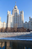 High-rise building on Kotelnicheskaya embankment — Stock Photo
