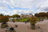 People enjoy autumn sunny day in the Luxembourg Garden — Stock Photo