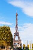 日当たりの良い秋の日のエッフェル塔、パリ — ストック写真