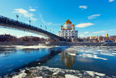 Kathedraal van christus de verlosser en patriarsji brug — Stockfoto