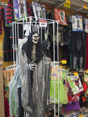 Halloween, las tiendas con atavíos de vacaciones. — Foto de Stock