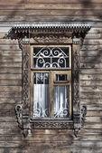 Snidade trä fönster — Stockfoto