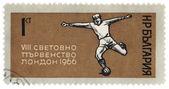 Piłkarz kopie piłkę na znaczku postu — Zdjęcie stockowe