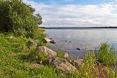Balvany na břehu jezera — Stock fotografie