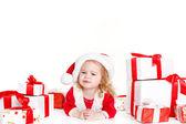 Mevcut giyen noel baba şapkası üzerinde beyaz izole tutan çocuk — Stok fotoğraf
