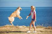 Young woman, labrador dog, sea — Stockfoto