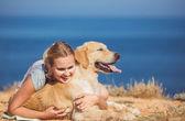 Jeune femme, chien labrador, mer — Photo