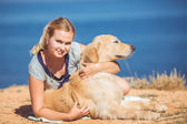 Jonge vrouw, labrador hond, zee — Stockfoto