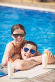 Young family on vacation in the tropics, the sea, pool, blue water — Stockfoto