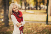 Portrait of a beautiful young blonde dressed stylishly, posing in nature — Stock Photo