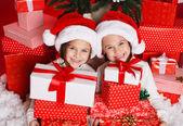 Heureuse sœurs adolescentes décoration arbre de noël — Photo