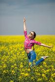 Mladá krásná žena v poli kvetoucí v létě. venkovní — Stock fotografie