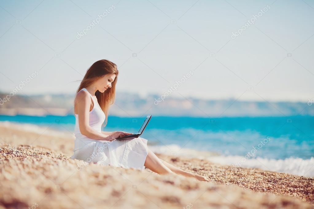 记本电脑的可爱女人