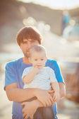 Отец играет с сыном на пирсе возле яхт-клуб в летнее время. Открытый — Стоковое фото