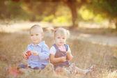 Lindo chico y chica jugando juntos de verano al aire libre — Foto de Stock