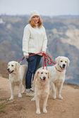 Menina bonita com seu cachorro perto do mar — Fotografia Stock
