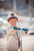 маленький мальчик играет открытый на пирсе — Стоковое фото