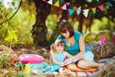 Mother and daughter playing outdoors in summer — Stockfoto