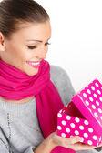 美丽的女人从一个爱的节日礼物 — 图库照片
