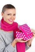 Piękna kobieta prezent z ukochaną osobą na wakacje — Zdjęcie stockowe