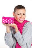 красивая женщина в подарок от любимого на праздник — Стоковое фото