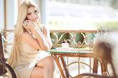 молодая женщина, отдохнуть в кафе на открытом воздухе — Стоковое фото