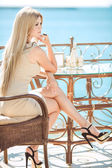 Young woman relaxing in an outdoor cafe — Stock Photo