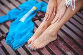 Krásné ženské nohy na pláži — Stock fotografie