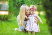 Portrait of mother with baby in summer green park. Outdoors. — Stock Photo