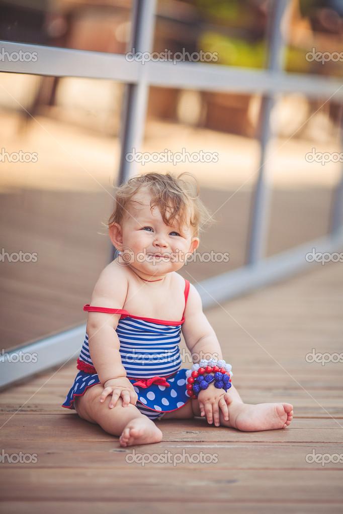 小女孩可爱的微笑着婴儿夏季室外的肖像