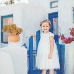очень милая маленькая принцесса на открытом воздухе в город улица — Стоковое фото #39540553