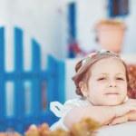 很可爱的小公主户外在城市街道 — 图库照片
