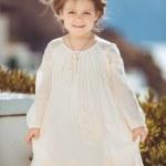 mycket söt liten prinsessa utomhus i stad gata — Stockfoto