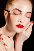 Vysoce módní look.glamour módní portrét krásné sexy tmavovláska ženského modelu s světlý make-up a červené rty na tmavé s dokonalou pleť — Stock fotografie