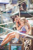 ευτυχισμένη οικογένεια διασκεδάζοντας δίπλα στη θάλασσα, βάρκες και σκάφη — Stock fotografie