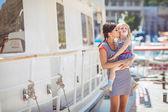 Glückliche familie, die spaß am meer boote und yachten — Stockfoto