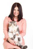 Güzel esmer kız ve onun büyük bir kedi beyaz zemin üzerinde gülümseyen — Stok fotoğraf