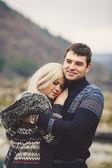 молодая пара в любви, прогулки в осенний парк, взявшись за руки — Стоковое фото