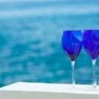 Two glasses of red wine on the Pacific coast — Stock Photo